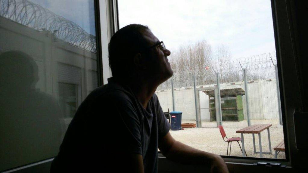حسن در کنار پنجره اتاقش در کمپ، عکس از نرگس فاضلی