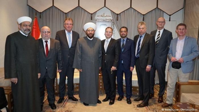 twitter.com/ChristianBlex |يورغن بول (الثاني من اليسار) مع وفد حزب البديل في زيارته لسوريا