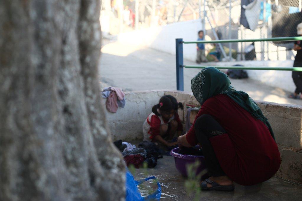 از آرشیف: سپتامبر ۲۰۱۸، زن مهاجر و کودکش در جزیره لسبوس یونان. عکس از سارا سیمه انفیس، مهاجر نیوز