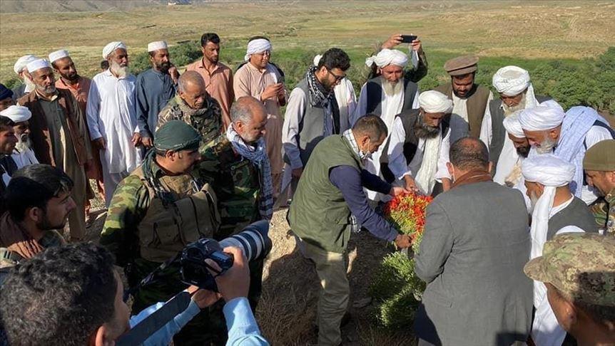 هیأت حقیقتیاب دولت افغانستان در حاشیه رودخانه مرزی هریرود و در حال بررسی در مورد چگونگی غرق شدن مهاجران افغان.