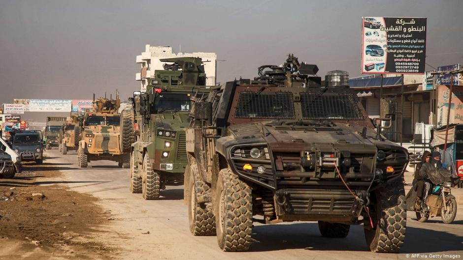 Turkish military vehicles in the city of Dana, east of the Turkish-Syrian border | Photo: AFP via Getty Images