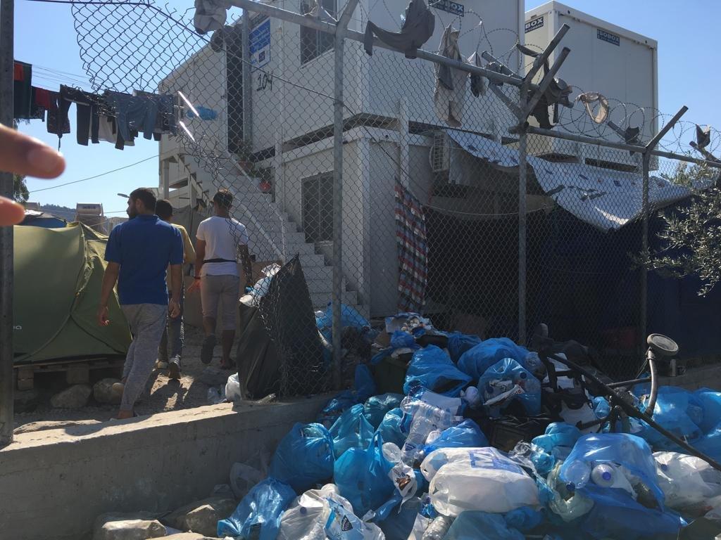 خيم ومنازل جاهزة ونفايات، جزء من يوميات المخيم. مهاجر نيوز