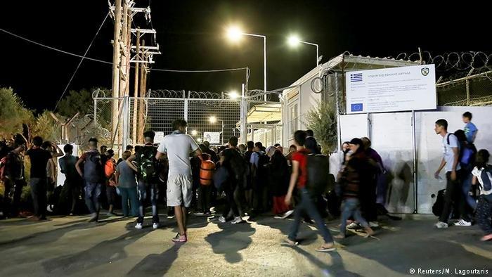 دویچه وله/ شماری از پناهجویان به چندین دفتر در جزیره لیسبوس یونان هجوم بردند.