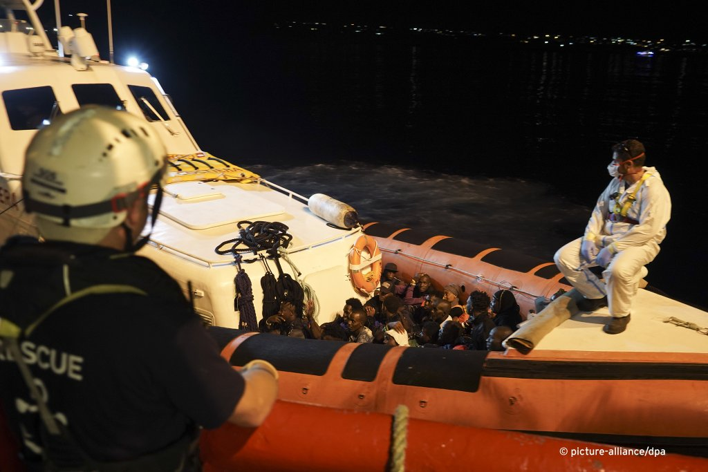 The migrants were taken ashore on smaller Italian coastguard vessels | Photo: picture-alliance/dpa