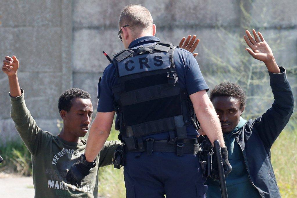 REUTERS/Pascal Rossignol |Les ONG dénoncent l'absence de prise en charge sanitaire des réfugiés mais aussi le harcèlement et la pression policière exercés sur eux, Calais, le 1er juin 2017.