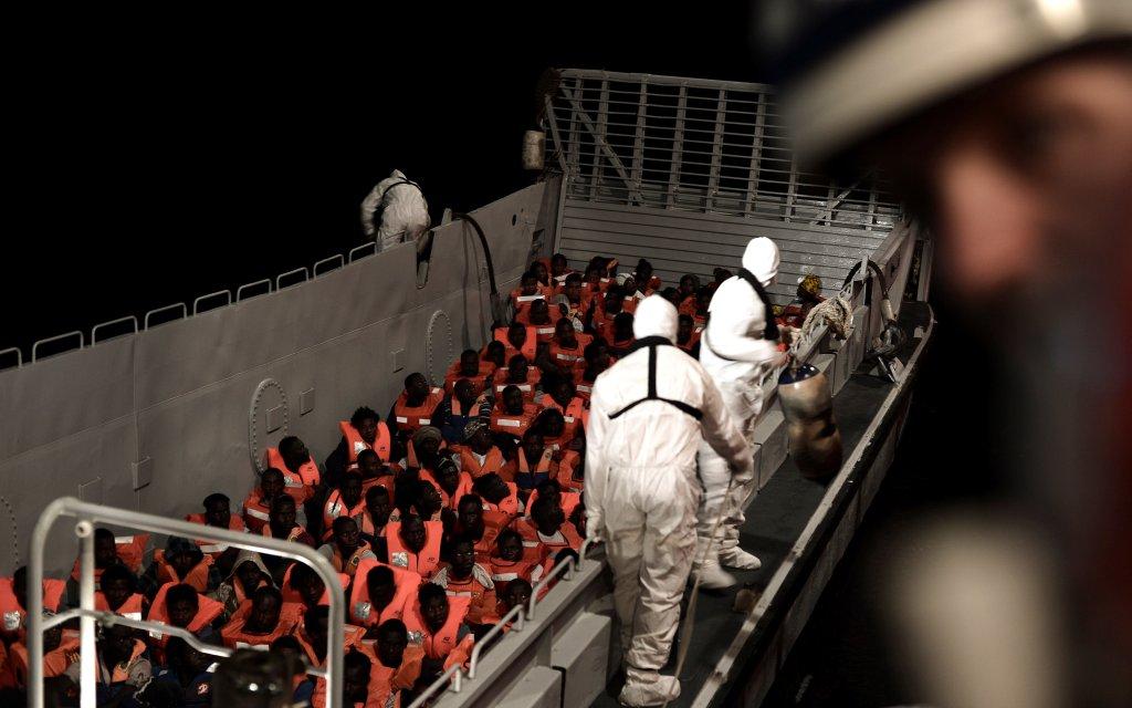 گروهی از پناهجویان که توسط کارمندان امدادی به سوی کشتی اکواریوس انتقال داده می شوند. عکس  ازخبرگزاری رویترز،  ١٠ جون ٢٠١٨