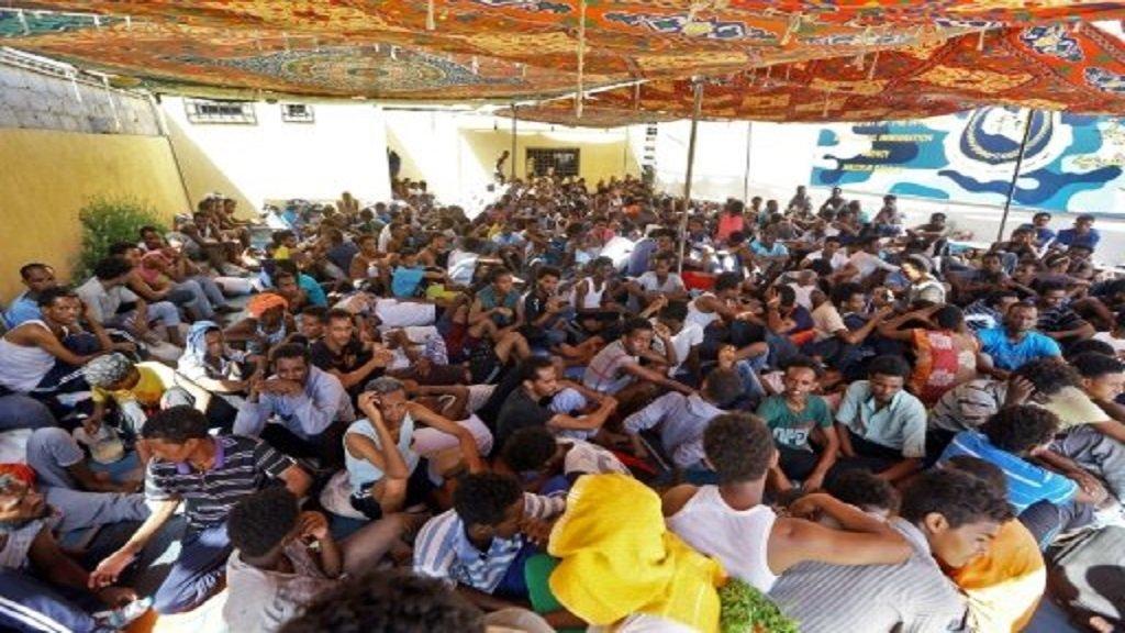 أ ف ب  مهاجرون داخل ملجأ بعد نقلهم بسبب المعارك في العاصمة الليبية. 5 أيلول/سبتمبر 2018.