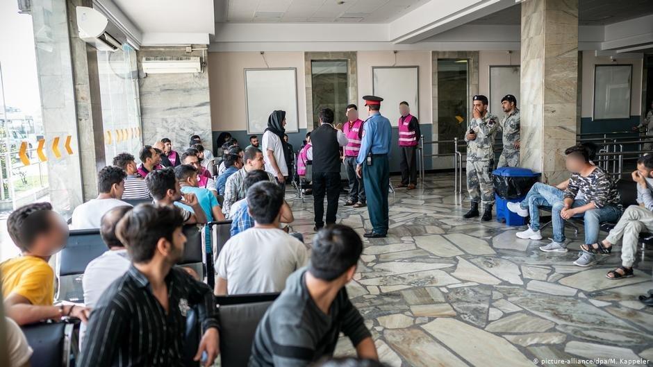 Des Afghans expulss attendent  laroport de Kaboul 2019 Photo  M Kappelerpicture-alliance