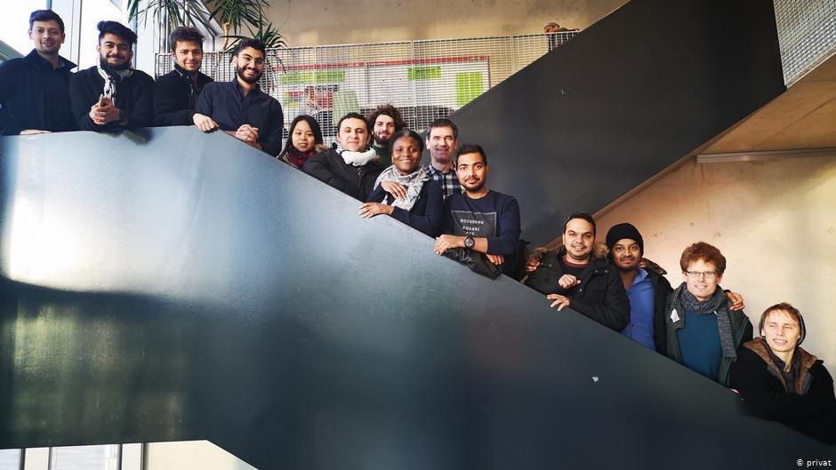 علیه نژادپرستی: اتحادیه فدرال دانشجویان خارجی، در وسط این تصویر خانم میمونه اواتارا دیده می شود. عکس: دویچه وله