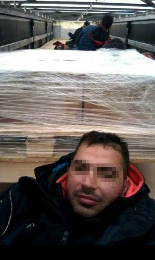 Kajin, caché dans un camion. Crédit : InfoMigrants