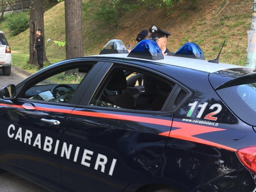 """ANSA / عناصر من الشرطة الإيطالية في نقطة تفتيش بالقرب من """"كوسينزا"""" / المصدر / أرشيف / أنسا"""