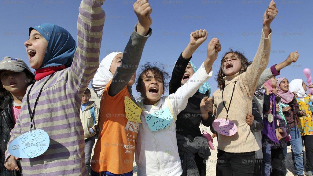 الصورة (لويترز) |الصورة لأطفال سوريين عالقين على الحدود مع الأردن