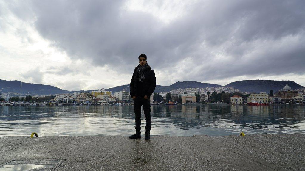 Hussein, réfugié syrien, sur le port de Lesbos, le jour de son 18e anniversaire.  Photo: Claire Paccalin, janvier 2019