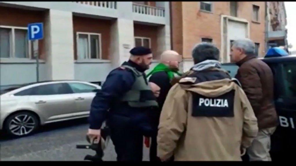 Luca Traini, auteur présumé de la fusillade de Macerata, portait un drapeau italien autour du cou lors de son arrestation. Il présente également un tatouage néo-nazi sur son front. Crédits : poliziadistato.it