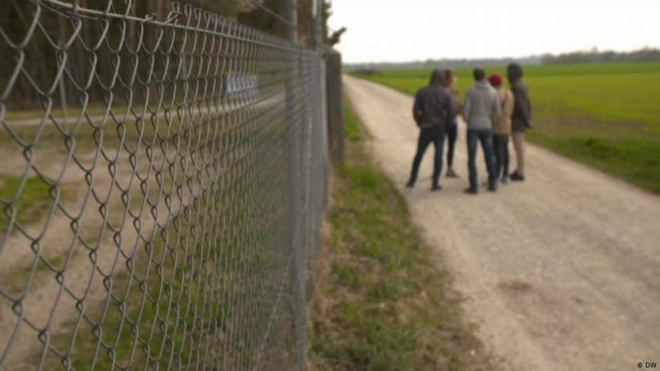 چهار پناهجوی ساکن در این مرکز حاضر شدن با دویچه وله مصاحبه کنند.