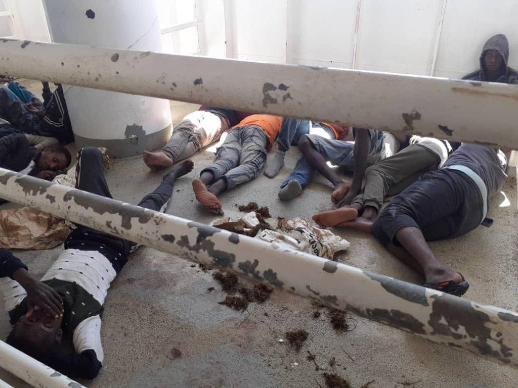 Les migrants dorment à même le sol. Crédit : DR