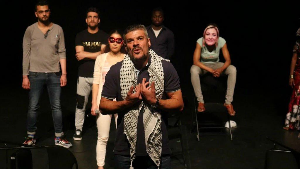 """La troupe de comédiens de CK points dans la pièce """"Je n'ai pas les mots...Wallah!"""". Crédit : Elena Brunet/CK Point"""
