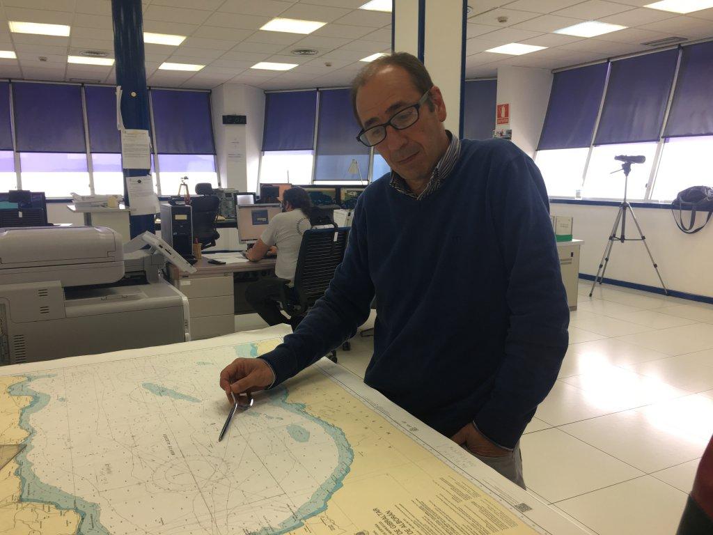 Adolfo Serrano, le chef du sauvetage maritime de Tarifa dans la salle d'opération du centre de secours. Crédit : InfoMigrants