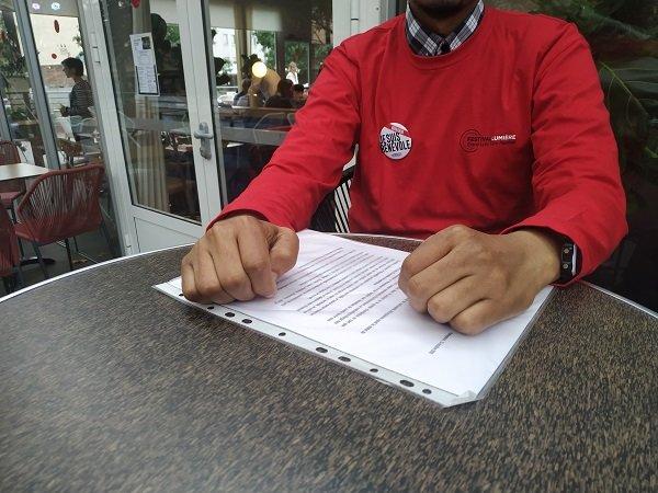Mahad, réfugié éthiopien, est venu avec quelques CV et lettres de motivation. Crédit : InfoMigrants