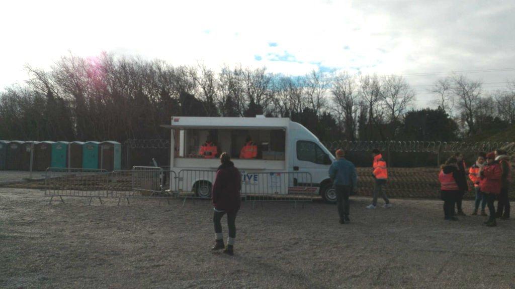 La Vie Active distribue des repas rue des Huttes, à Calais, le 6 mars 2018. Crédits  : Loan Torondel, bénévole pour l'ONG L'Auberge des migrants.