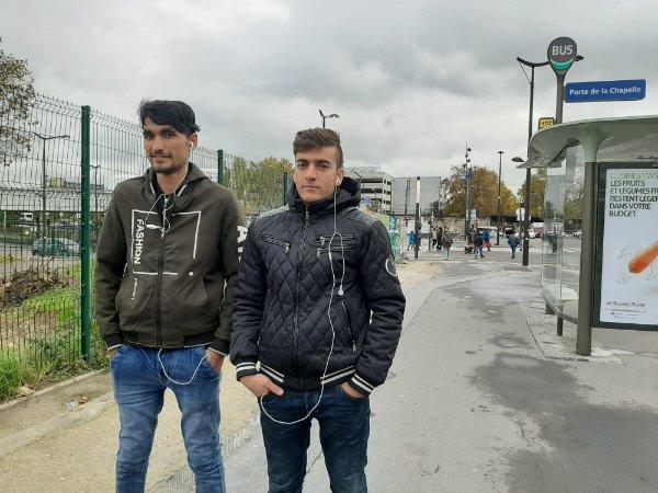 Zermal, 24 ans, et Mohamad Tahib, 21 ans, des Afghans récemment arrivés à Paris, errent à Porte de la Chapelle, dans l'attente d'obtenir un rendez-vous avec la préfecture. Crédit : InfoMigrants