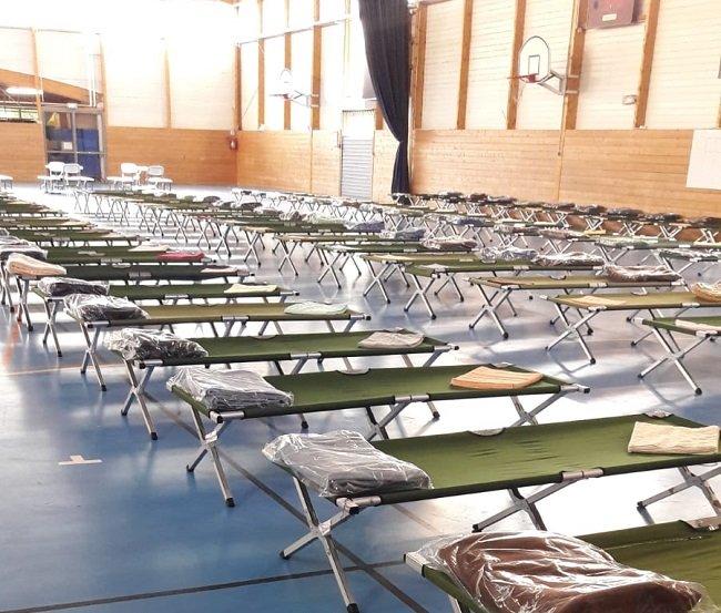 Les migrants ont été envoyés dans des gymnases pour se reposer. Crédit : InfoMigrants