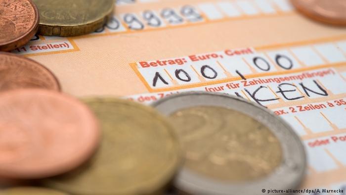 يعتمد كثير من المهاجرين على نظام الحوالة لإرسال الأموال إلى أهاليهم في بلدانهم الأصلية