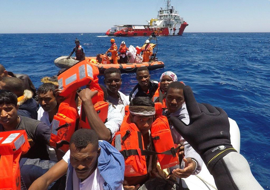 Des migrants secourus en Méditerranée. Crédit : REUTERS/Stefano Rellandini