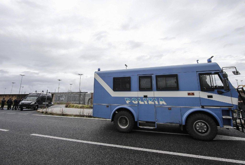 ANSA / سيارة شرطة تقف امام مركز إعادة التأهيل فلي شمال إيطاليا. المصدر / أرشيف / أنسا