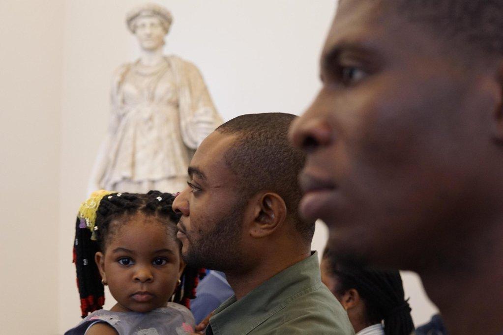 ansa / مهاجرون يزورون متحف الآثار الوطني في نابولي. المصدر: أنسا/ سيزاري اباتي.