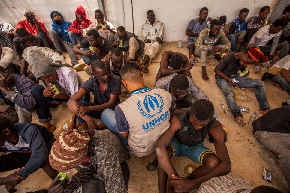 موظف تابع لمفوضية شؤون اللاجئين يجمع بيانات مجموعة من المهاجرين بعيد إنزالهم في طرابلس الليبية في تموز/يونيو 2018. المصدر: مفوضية شؤون اللاجئين