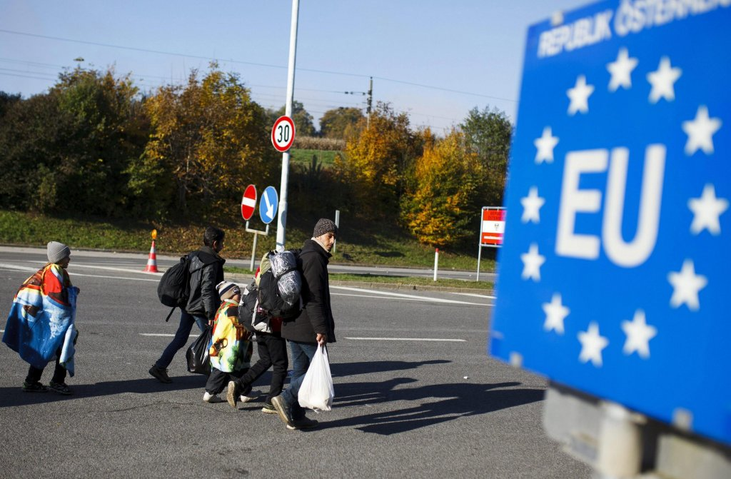 Migrants walk toward the Slovenian-Austrian border between Sentilj and Spielfield, in Sentilj, Slovenia. Credit: EPA/ Gyorgy Varga