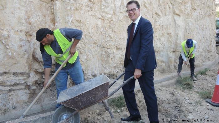 وزير التنمية الألماني أثناء تفقده مشروع لدعم اللاجئين السوريين في الأردن
