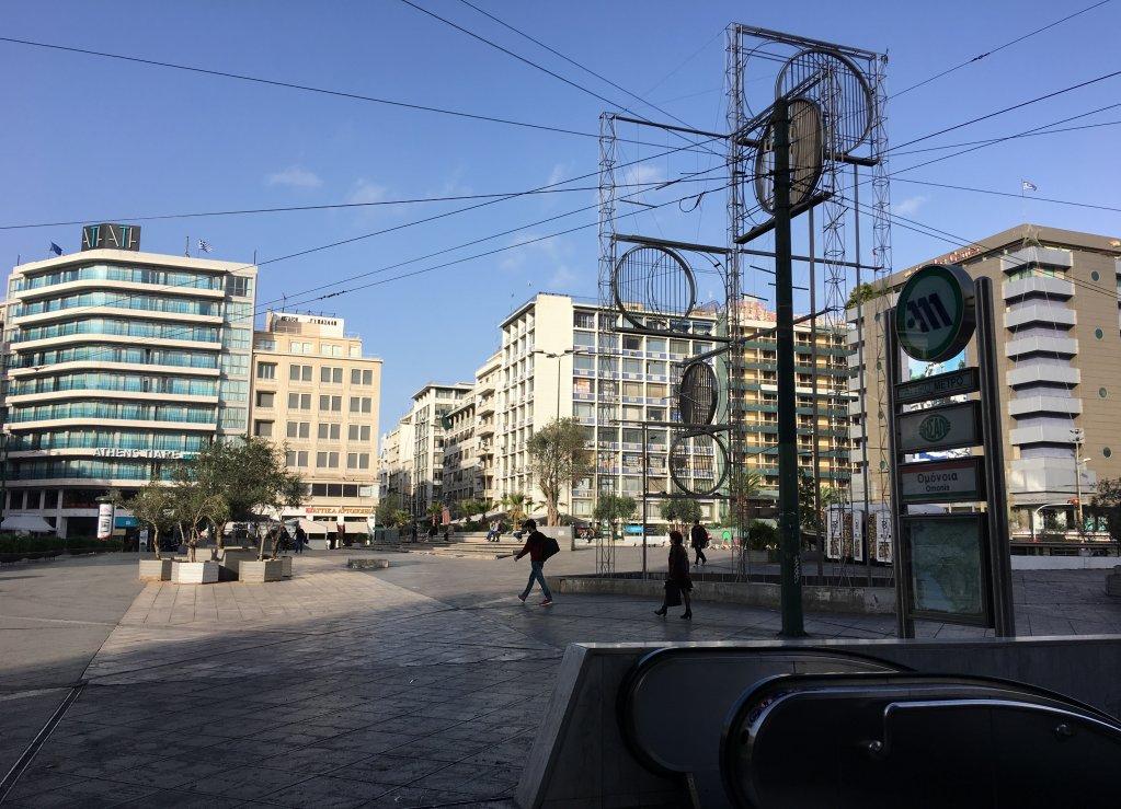 ساحة أومونيا في أثينا حيث يلتقي المهاجرون ويبحث المهربون عن ضحاياهم