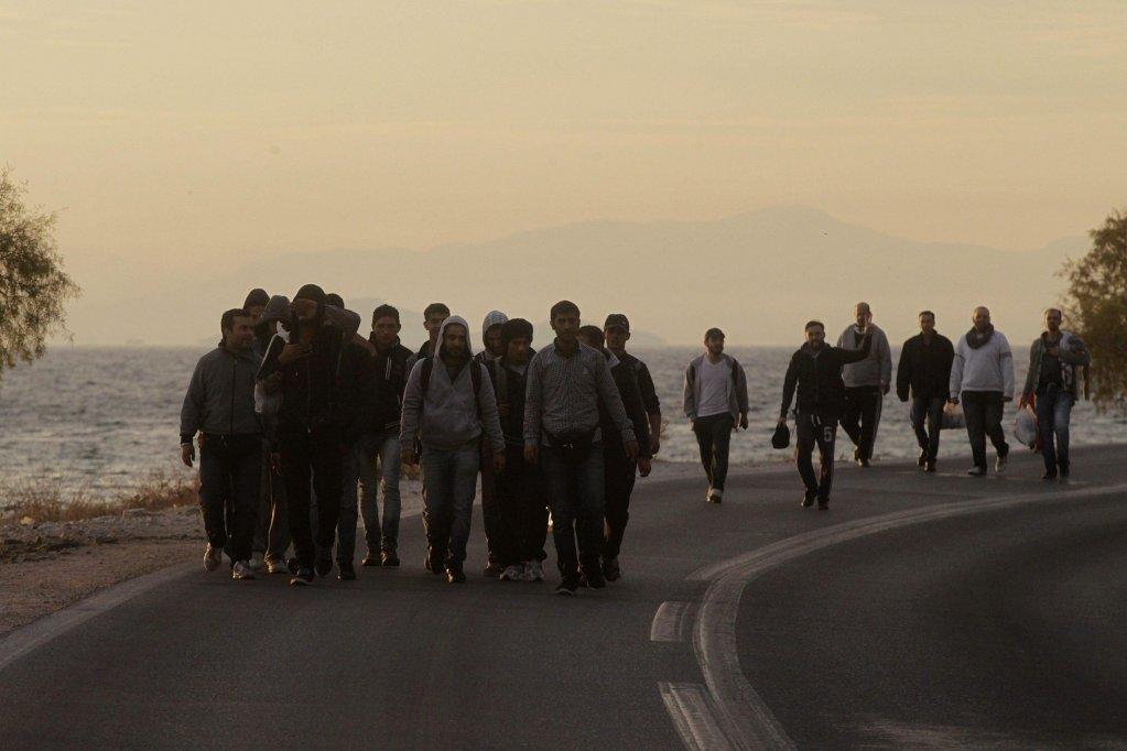 """مجموعة من المهاجرين السوريين بالقرب من نهر إيفروس على الحدود بين اليونان وتركيا. المصدر: أنسا/أرشيف """"إي بي إيه""""."""