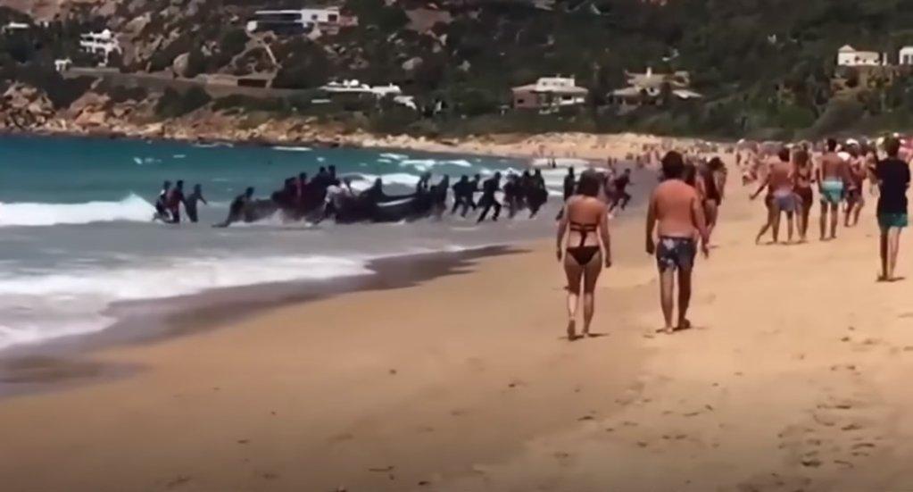 Capture dcran de la vido amateur du dbarquement de dizaines de migrants sur une plage touristique en Espagne en 2017
