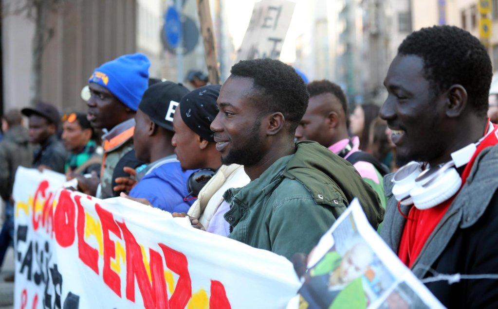 ansa / متظاهرون خلال مسيرة مناهضة للعنصرية في ميلانو. المصدر: أنسا/ ماتيو بازي.
