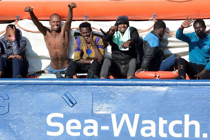 مهاجرون على متن سفينة الإغاثة Sea-Watch 3 العالقة في البحر المتوسط وعلى متنها 47 مهاجرا قبالة سواحل مدينة سيراكوزا في جزيرة صقلية 26 يناير 2018 | المصدر: رويترز
