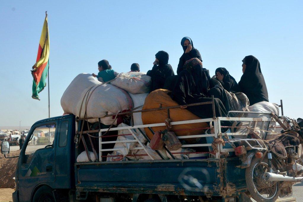 """ansa / صورة أرشيف تظهر أسر سورية نازحة بعد هروبها من دير الزور والرقة. المصدر: """"إي بي إيه""""."""
