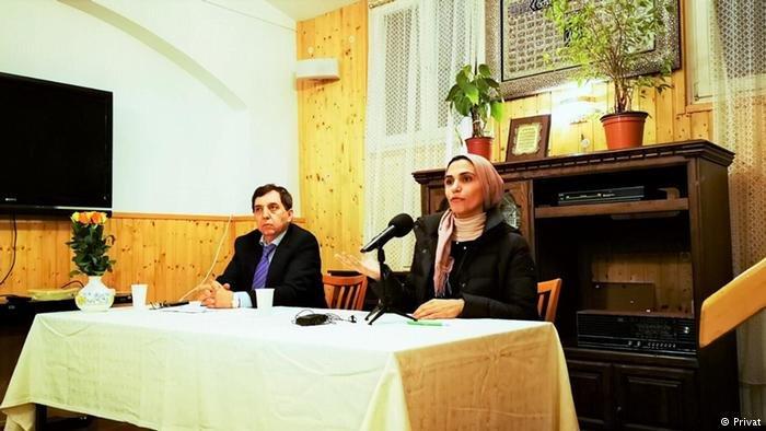الدكتورة النفسية تماضر عمر في محاضرة تلقيها في إطار جهودها لإصلاح ذات بين الأزواج اللاجئين