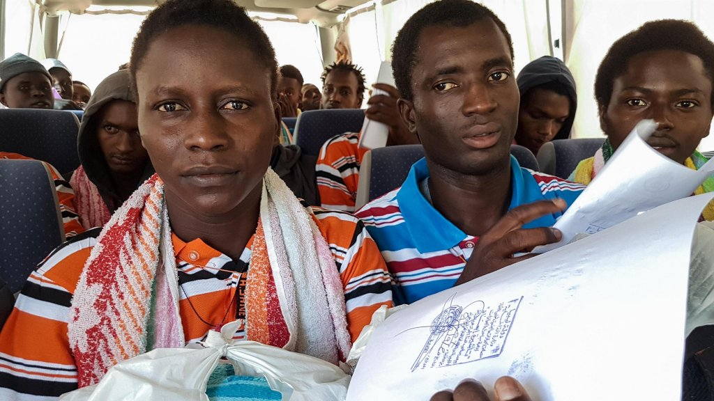 مجموعة من المهاجرين الغامبيين يغادرون طرابلس في طريقهم إلى بلادهم / حقوق الصورة ANSA