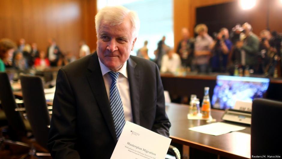 """هورست زیهوفر، وزیر داخله آلمان امروز در یک کنفرانس خبری  جزئیات """"ماستر پلان مهاجرت"""" را ارائه کرد."""