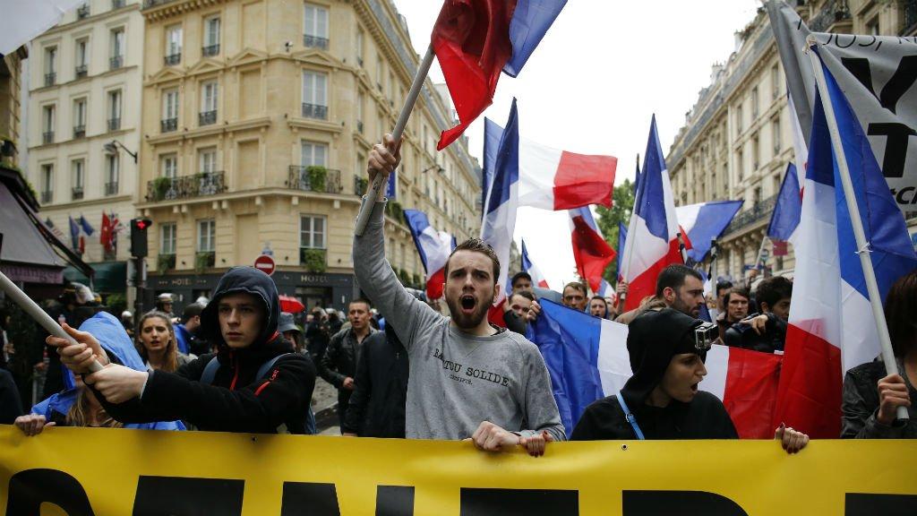 Des militants français de Génération Identitaire manifestent contre l'immigration à Paris, le 28 mai 2016. Crédit : AFP