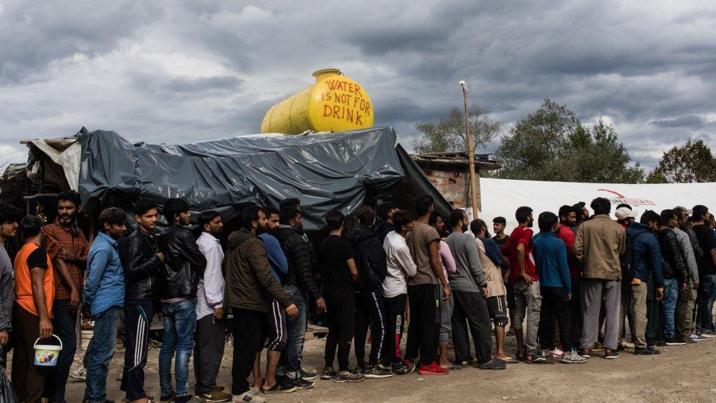 Environ 600 hommes seuls, majoritairement originaires du Pakistan et d'Afghanistan, vivent dans le camp de Vucjak, dans le nord de la Bosnie. Crédit : Jeanne Frank, Item.