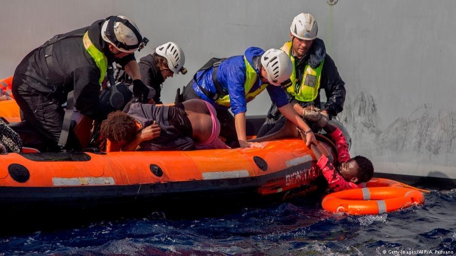 عکس از آرشیف: (امدادگران در حال نجات پناهجویان از دریای مدیترانه)