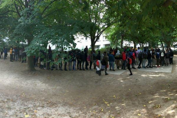Prs de 150 jeunes migrants sont venus trouver un repas chaud au jardin vendredi 28 septembre 2018 Crdits  InfoMigrants