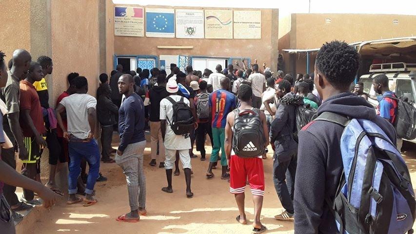 Devant l'agence de l'ONU au Niger. Crédit : RFI