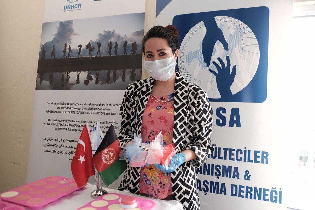 ذاکره حکمت، داکتر مهاجر افغان  در ترکیه که در برنامه تولید ماسک سهم دارد. عکس از انجمن آسا