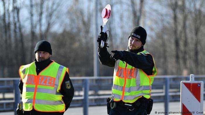 عکس از دویچه وله/ پولیس آلمان و اتریش کنترول مرزی میان این دو کشور را تشدید میکند.
