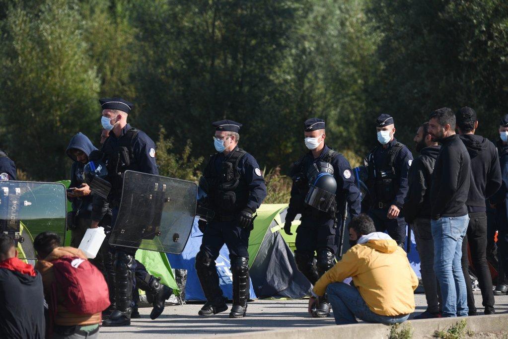 عملیات روزانه پولیس برای تخلیه خیمههای مهاجران در نزدیکی شفاخانه  کاله، ۲ سپتمبر ۲۰۲۰. عکس از مهدی شبیل